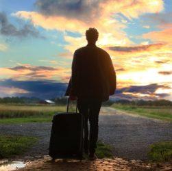 Homme qui part avec une valise